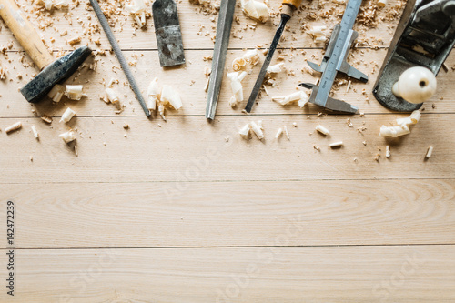 Photo High angle view of shabby woodworking tools lying on wooden table, shavings scat