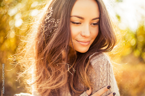 Foto Atmospheric portrait of beautiful young lady