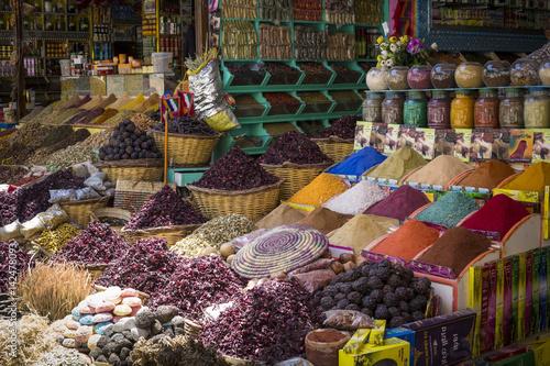 tradycyjne-przyprawy-bazar-z-ziolami-i-przyprawami-w-asuanie-egipt