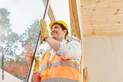Monteur installiert ein Fenster Wallpaper Mural