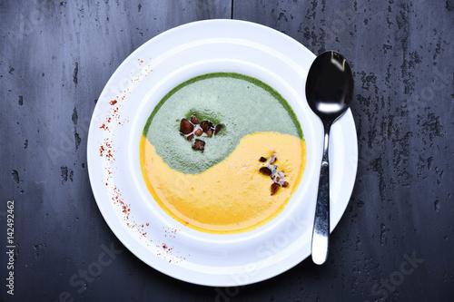 Plakat zupa ze szpinaku i dyni lub puree ze srebrną łyżeczką