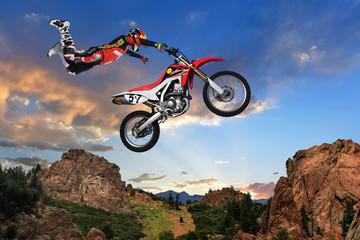 Człowiek wykonujący wyczyn kaskaderski na motocyklu