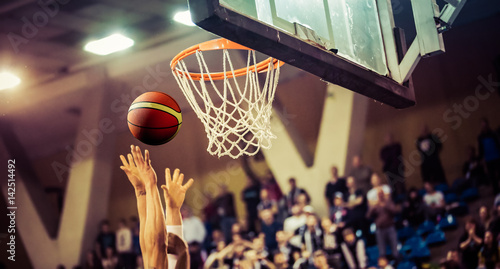 scoring the winning points at a basketball game Fototapet