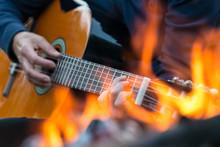 Gitarrenmusik Am Lagerfeuer An Einem Lauen Sommerabend