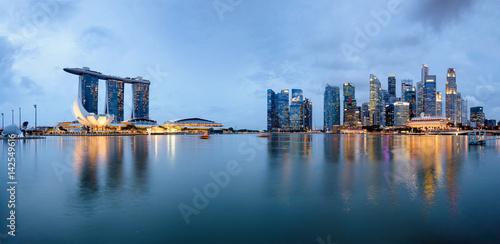 Photo  Panoramic View of Singapore Skyline at the Marina Bay at night.