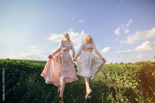 Photo  twins in the field