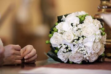 Naklejka Composizione floreale bianche e mani sopra un tavolo