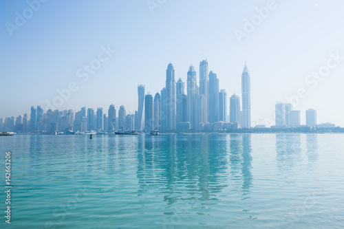 Fotomural  Hazy dubai marina skyline shot from the palm