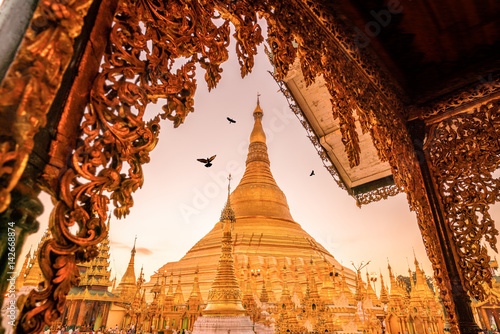 Fotografia Sunrise at the Shwedagon Pagoda in Yangon