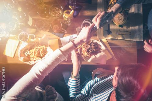 Essen und Trinken mit Freunden - Draufsicht Konzept