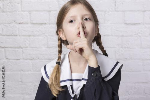 Fototapeta dziewczynka robiąca znak ciszy obraz