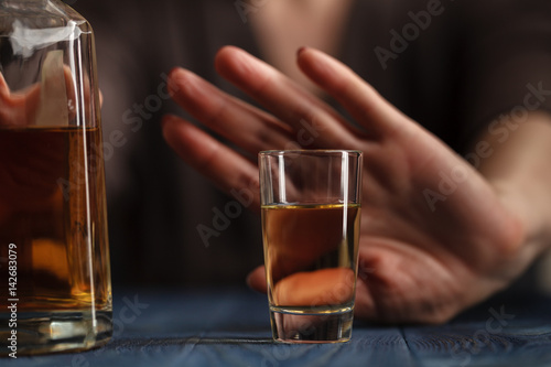 Photo  woman refused a glass of whiskey