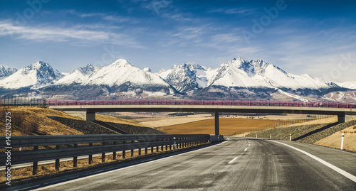 Empty highway and Tatra mountains, Slovakia Fototapet