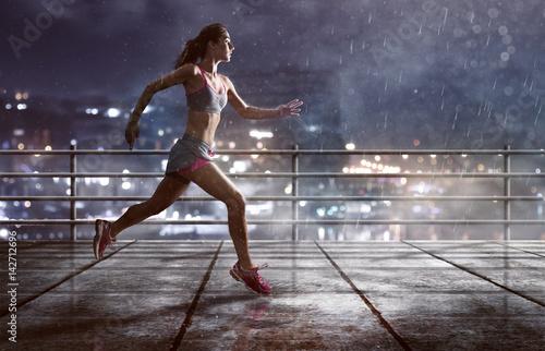 Frau läuft im Regen