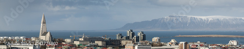 Panorama of Reykjavik skyline showing Hallgrimskirkja church cathedral and the mountains in the background Fototapet
