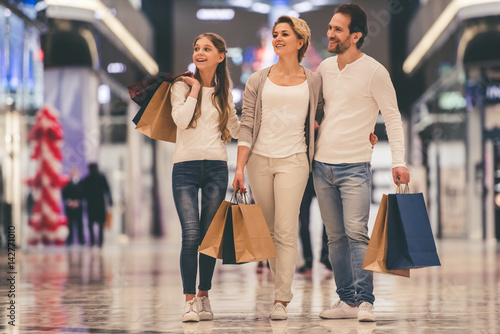 Fototapeta Family doing shopping obraz
