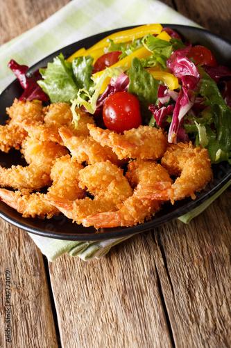 Foto op Aluminium Kip Crispy tempura shrimps and fresh vegetable salad close-up on a plate. vertical