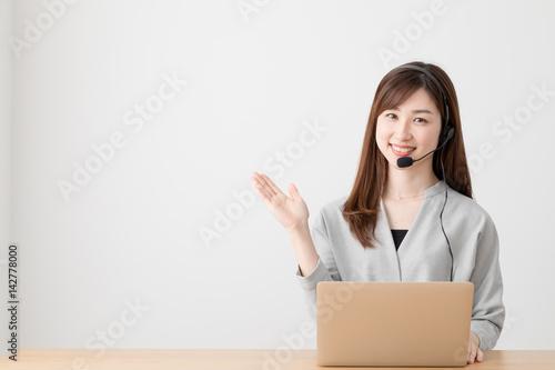 Fotografía  オペレーターの女性、電話、ノートパソコン、窓口、対応