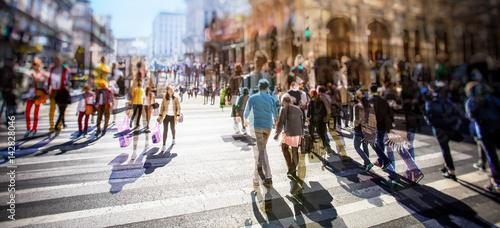 Plakat Ruchliwie Zwyczajny skrzyżowanie nad zebrą na słonecznym dniu w mieście