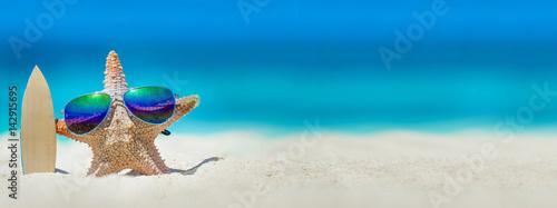 Plakat Rozgwiazda z deska surfingowa na plaży