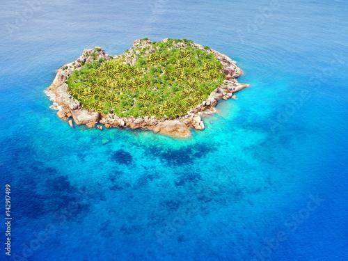 Spoed Foto op Canvas Eiland einsame Insel in Herzform im indischen Ozean