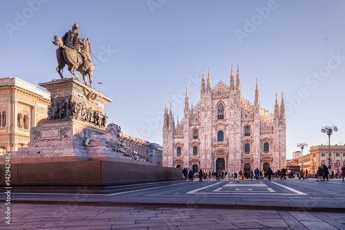 In de dag Milan Equestrian monument to Vittorio Emanuele II and Milan Cathedral in the background