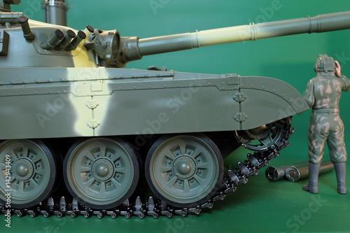 Plakat dowódca w kombinezonie i hełm stojący w czołgu