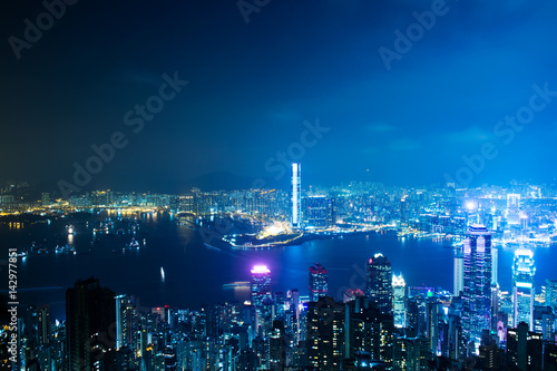 Photo  Hong Kong cityscape at night with victoria harbour and large group of tall buildings