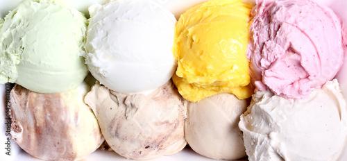 Plakat lody kulki w różnych kolorach leżą na białej płytce jako tekstura tła jest miejsce na napis