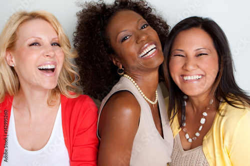 Zdjęcie XXL Zróżnicowana grupa ludzi rozmawiających i śmiejących się.