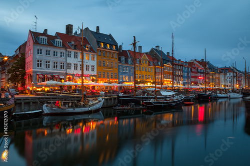 Foto op Aluminium Oude gebouw COPENHAGEN, DENMARK - 25 JUN 2016: Fairy tale Nyhavn canal at blue hour, illumanated houses and street