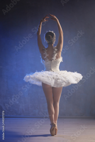 Photo  Young ballerina dancing in studio