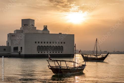 Photo  Traditionelle Dhow Fischerboote am Museumspark in Doha, Katar, bei Sonnenunterga