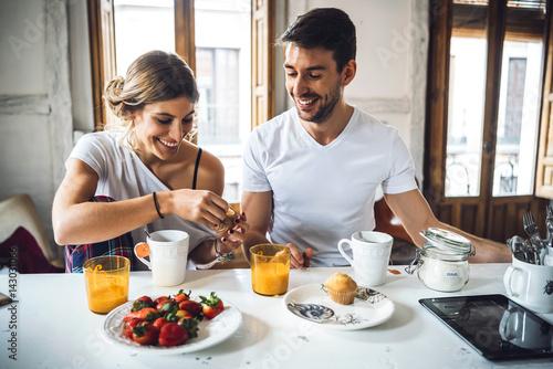 Photo  Couple having breakfast in morning