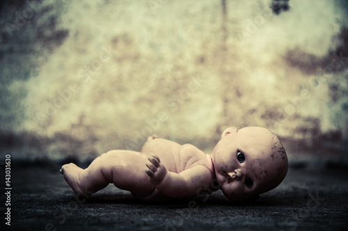 Photographie  Spooky doll in haunted house