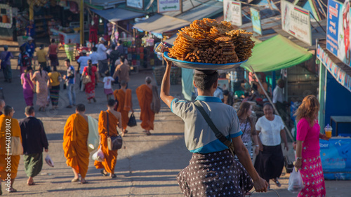 Tableau sur Toile Yangon, Myanmar - January 25: Unidentified man sells fried food to tourists