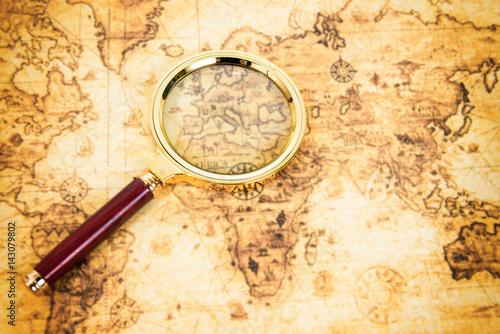 stara-mapa-ze-szklem-powiekszajacym-z-drewniana-raczka
