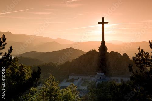 la cruz de los caídos eclipsa el amanecer Wallpaper Mural