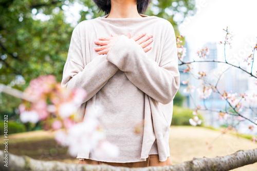 Valokuva  胸に手を当てる女性