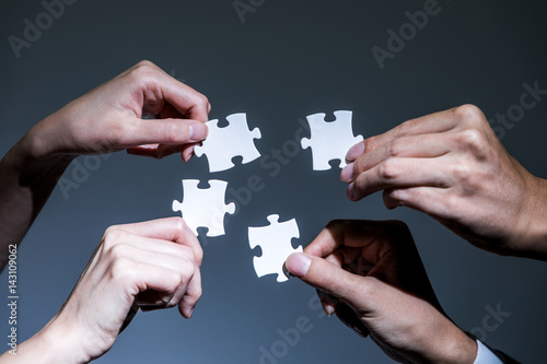 Photo hands holding pieces of jigsaw puzzle, business to business, business matching c