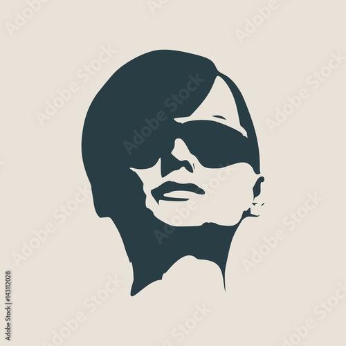 portret-kobiety-w-czarnych-okularach-przeciwslonecznych