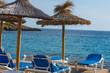 Blaues Meer, Strand mit Sonnenschirm auf Mallorca.
