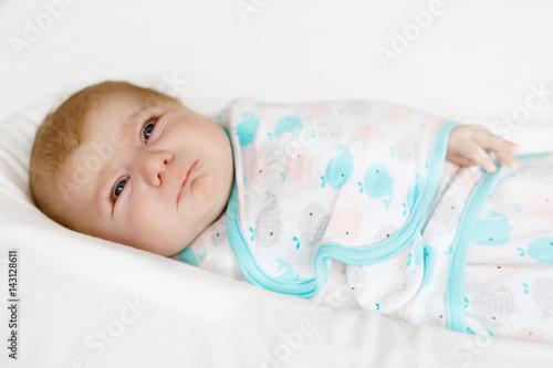In de dag Retro Cute little newborn baby girl crying wrapped in white blanket