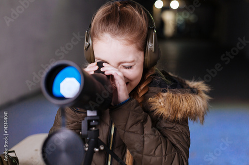 Photo Nice cheerful girl wearing headphones
