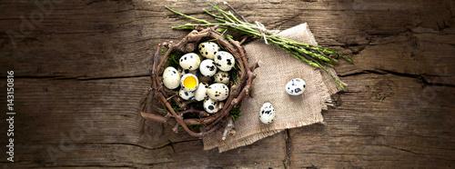 Fotografie, Obraz  Uova di quaglia nel nido su sfondo di legno.