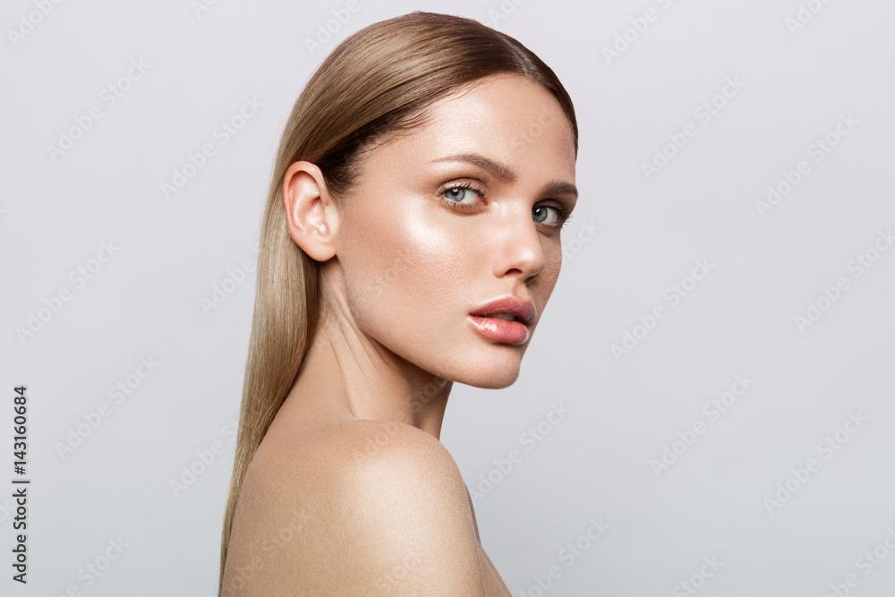 Fototapeta Beauty portrait of model with natural make-up. Fashion shiny highlighter on skin, sexy gloss lips make-up
