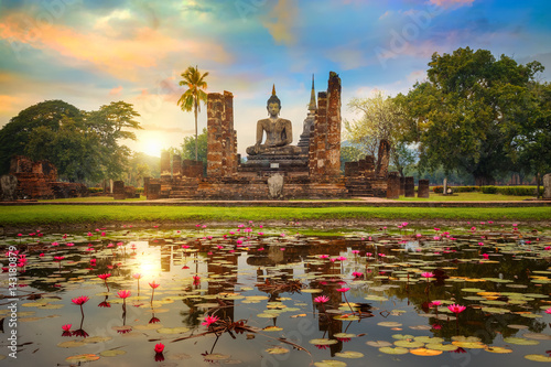 La pose en embrasure Buddha Wat Mahathat Temple in the precinct of Sukhothai Historical Park, a UNESCO world heritage site in Thailand