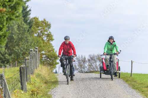 Foto op Plexiglas Fietsen Familienausflug mit dem Rad