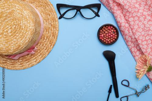 Stampa su Tela  Flat lay of feminine stuff with cosmetics
