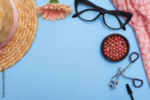 Stampa su Tela  Collage of female clothes with cosmetics, flat lay picture